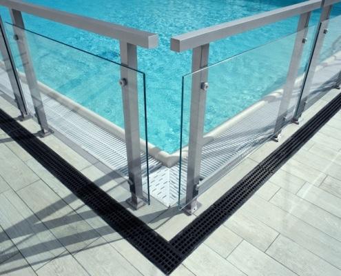 Clôture de sécurité vitrée structure en acier autour d'une piscine
