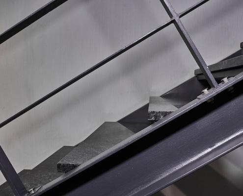 Escalier intérieur en acier et marbre