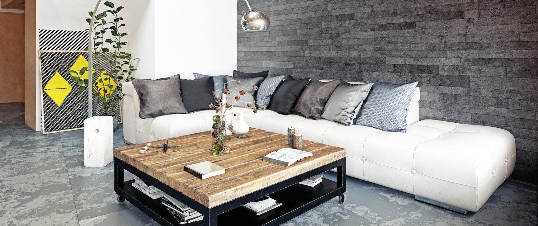 Table basse en acier noir et plateau bois dans un salon style loft